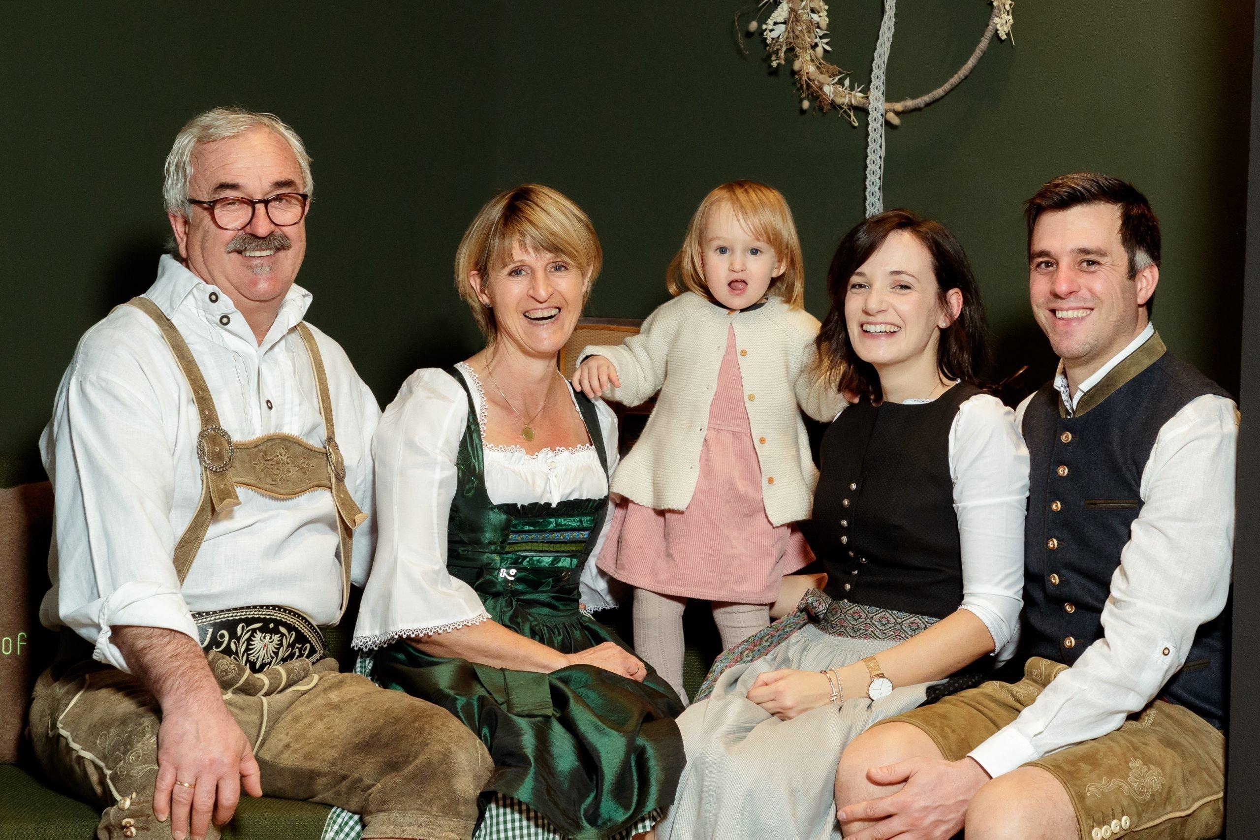 Familie Tauber, das sind Erich und Christine, Andreas und Kathrin mit Annalena und Oma Fane